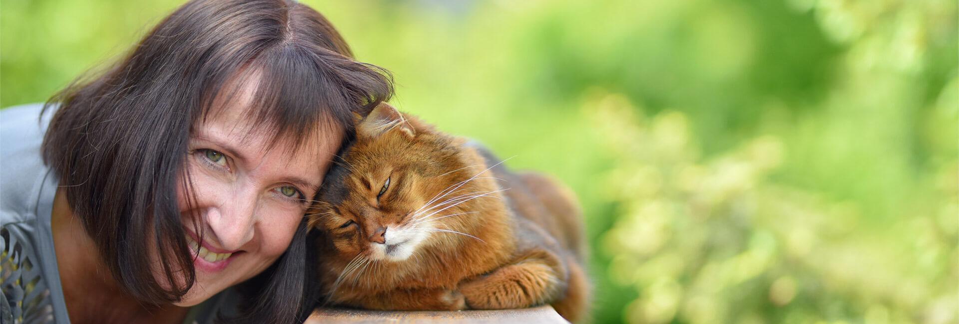 Katze schmust mit Christiane